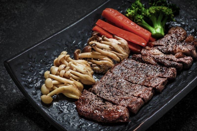 Geroosterde Japanse teriyaki van het rundvleeslapje vlees dient met groenten stock foto's