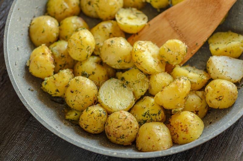 Geroosterde jonge aardappels met kruidenclose-up royalty-vrije stock fotografie