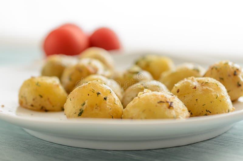 Geroosterde jonge aardappels met kruidenclose-up royalty-vrije stock foto's