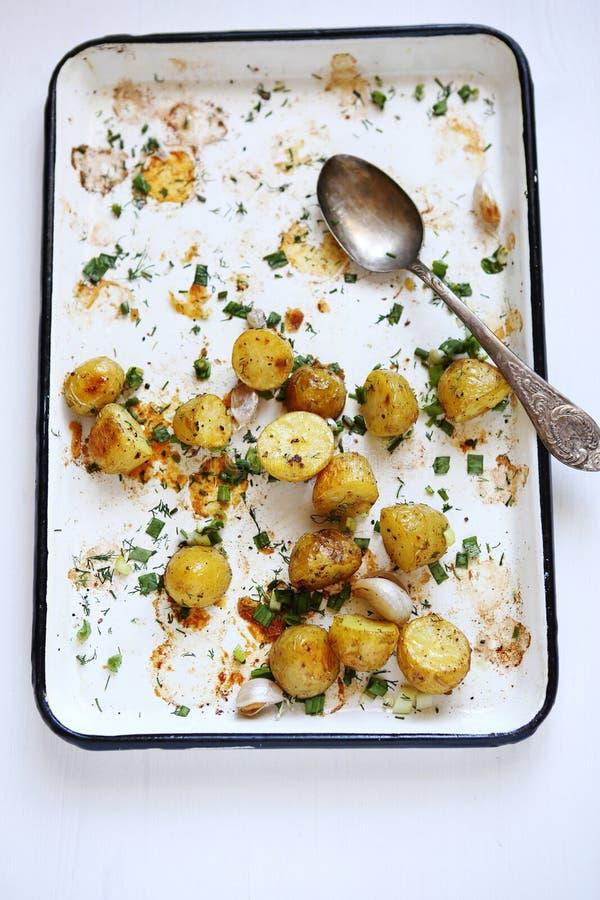 Geroosterde jonge kleine aardappels stock fotografie
