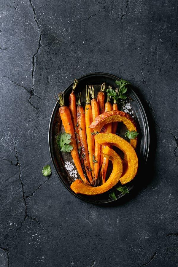 Geroosterde jonge wortel en pompoen royalty-vrije stock afbeeldingen