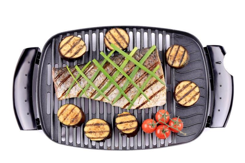 Geroosterde karperfilet bij de grill met eiinstallatie. stock fotografie
