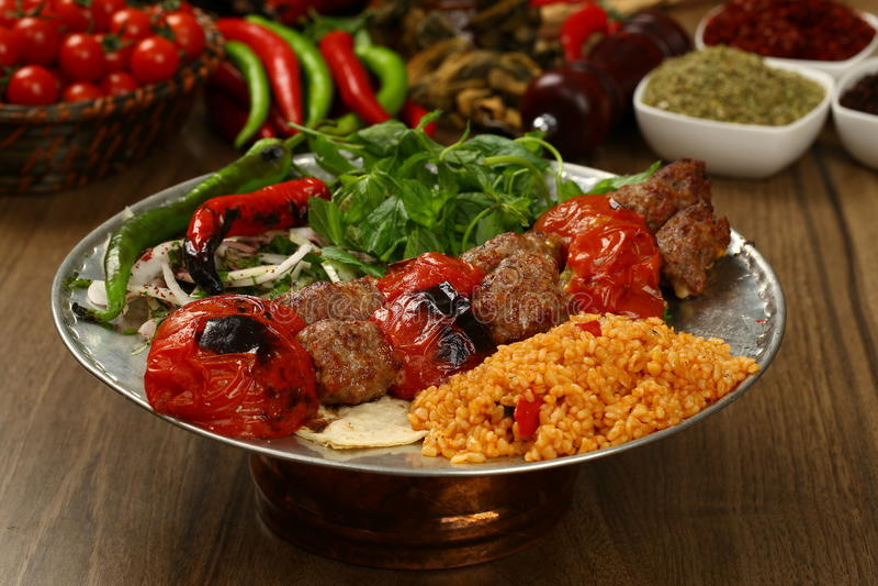Geroosterde kebab met tomaten op de vleespennen royalty-vrije stock fotografie