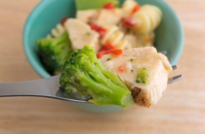 Geroosterde kip en broccoli op een vork royalty-vrije stock afbeelding