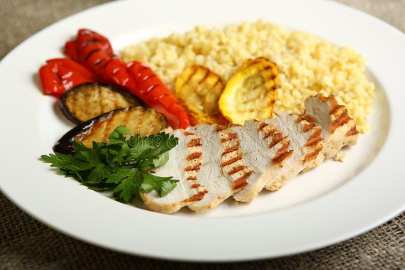 Geroosterde kip en groenten met bulgur stock foto's