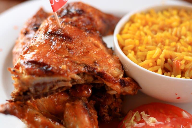 Geroosterde kip en rijst stock afbeeldingen