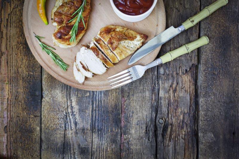 Geroosterde kip, lapje vlees die, bbq, hoogste mening, openlucht, houten achtergrond, exemplaarruimte eten royalty-vrije stock foto
