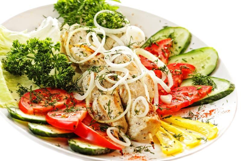 Geroosterde kip met diverse groenten royalty-vrije stock afbeelding