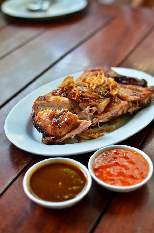 Geroosterde kip met kruidige saus stock foto