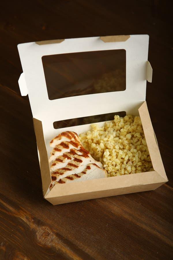 Geroosterde kip met plakken in een document container royalty-vrije stock foto's
