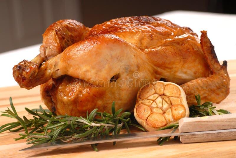 Geroosterde kip met rozemarijn en knoflook stock afbeelding