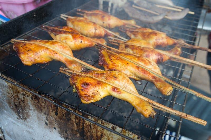 Geroosterde kip op gerookt, Thais lokaal voedsel stock afbeeldingen
