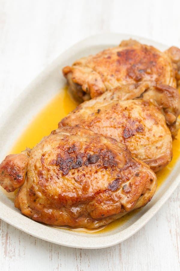 Geroosterde kip op schotel stock afbeelding