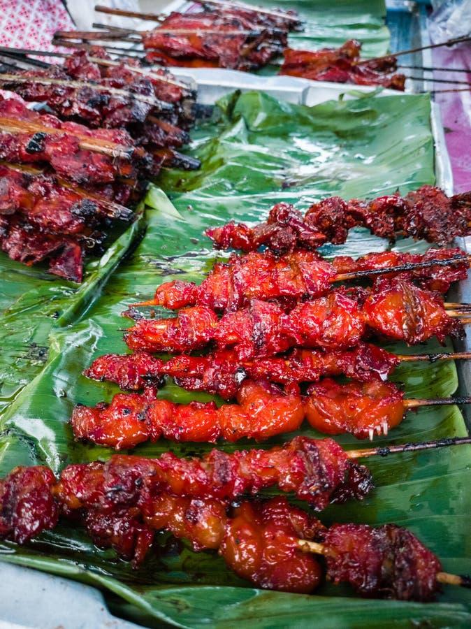 Geroosterde kip, straatvoedsel in lokale markt stock afbeelding