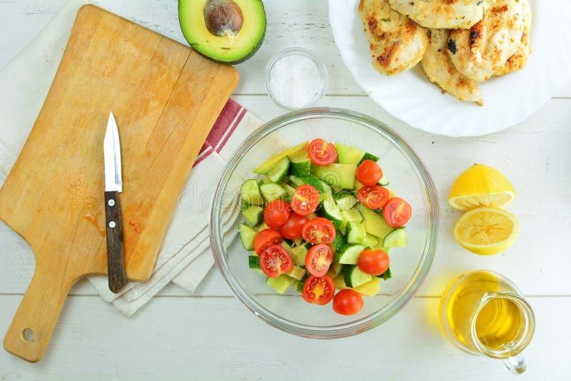 Geroosterde Kippenborst en Avocadosalade met de Vulling van Dijon en van de Citroen - Gezonde Keto Dieetmaaltijd stock afbeeldingen