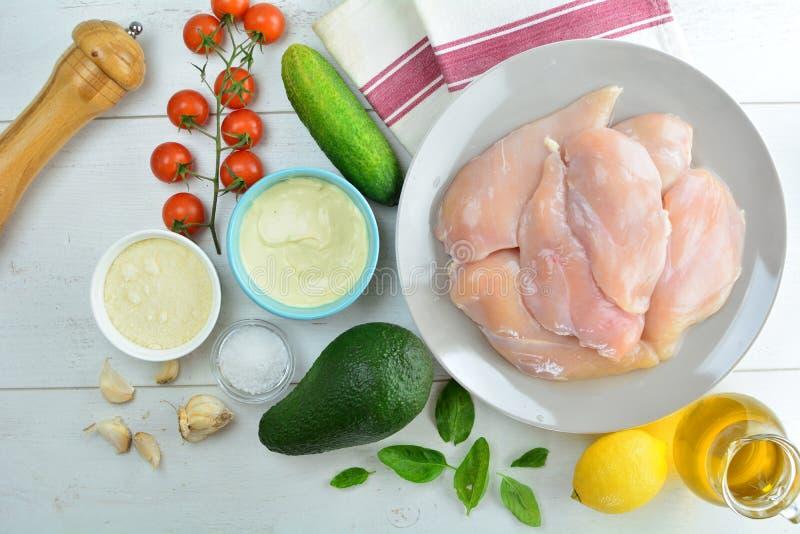 Geroosterde Kippenborst en Avocadosalade met de Vulling van Dijon en van de Citroen - Gezonde Keto Dieetmaaltijd royalty-vrije stock foto's