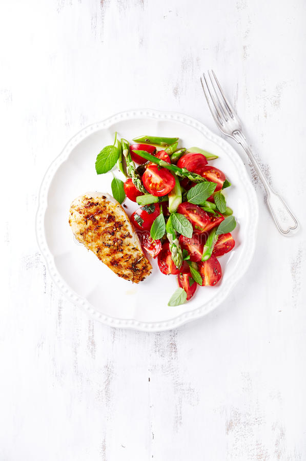 Geroosterde Kippenborst met Asperge en Cherry Tomato Salad met Kruiden en Chia Seeds royalty-vrije stock afbeeldingen