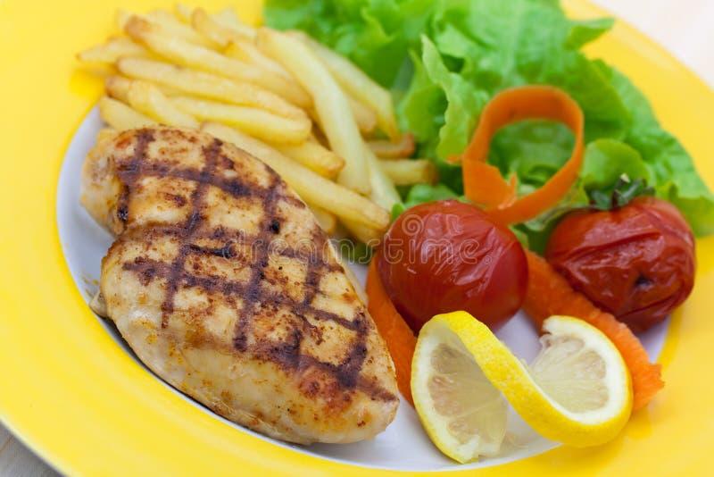 Geroosterde kippenborst met frieten, worden gebakken die aan stock fotografie