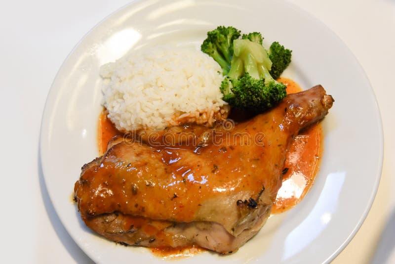 Geroosterde kippenborst met groenten, rijst in de schotel op de houten achtergrond, klassiek recept, close-up royalty-vrije stock afbeelding