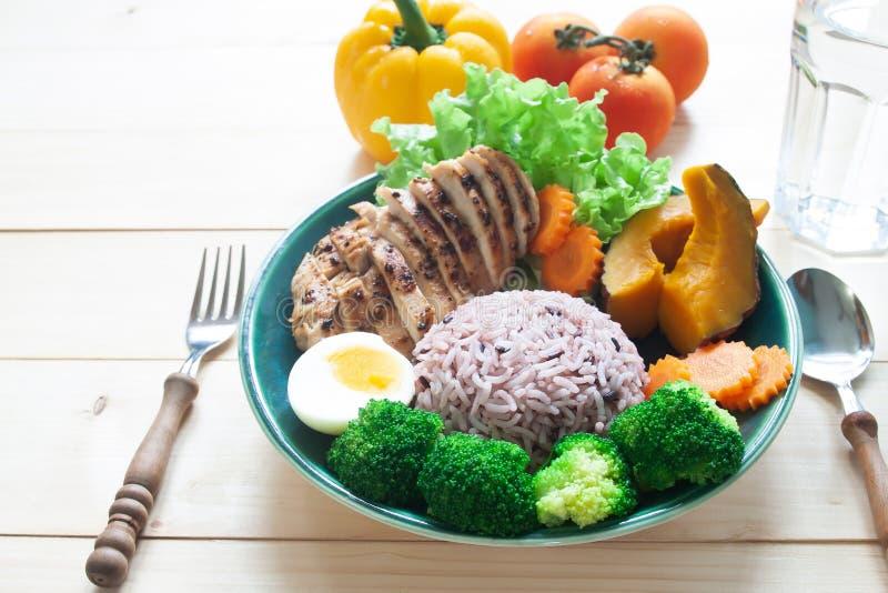 Geroosterde kippenborst, rijstbes en groenten op witte backg stock afbeeldingen