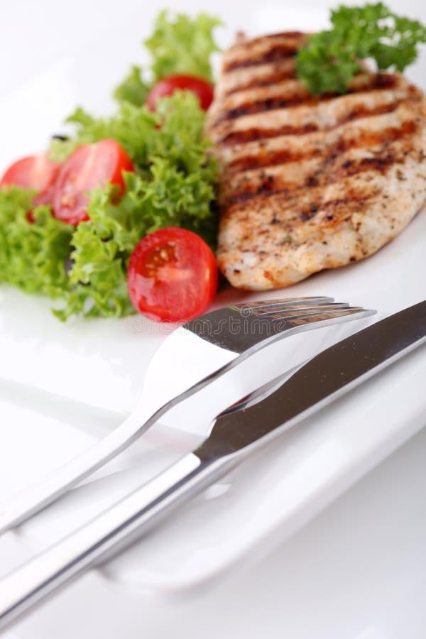 Geroosterde kippenborsten met verse groenten stock afbeeldingen