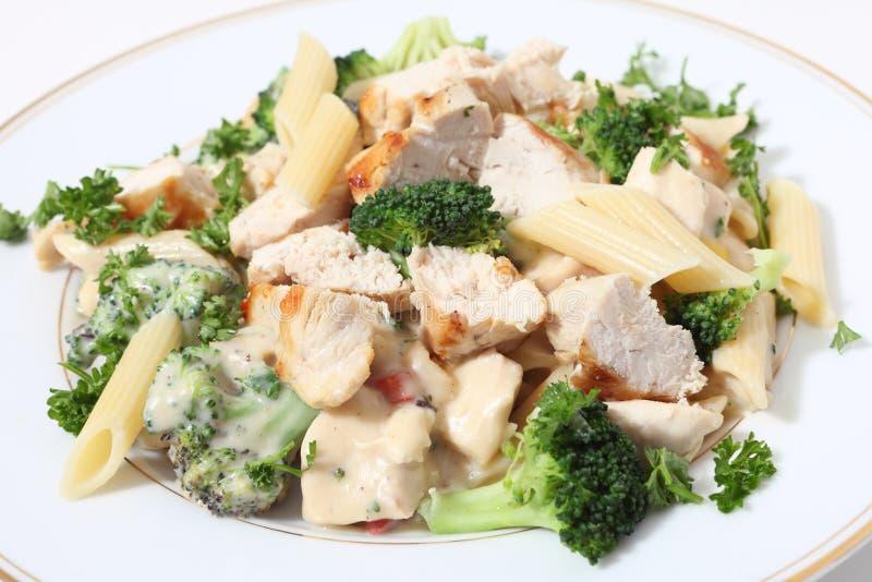 Geroosterde kippenbroccoli en deegwaren in saus royalty-vrije stock afbeeldingen