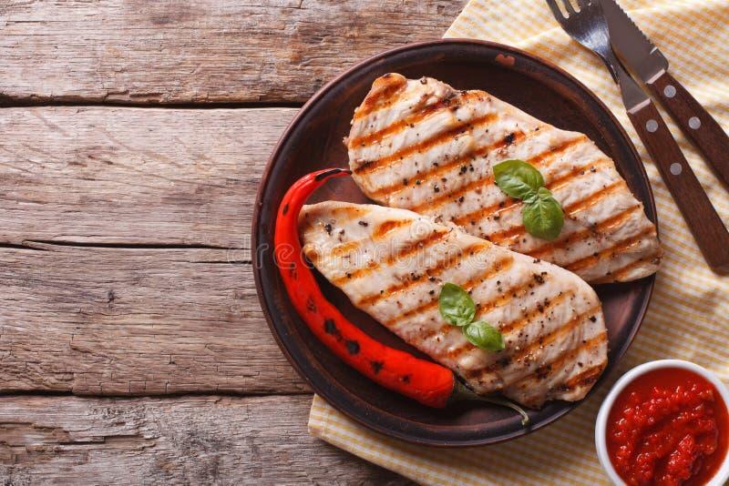 Geroosterde kippenfilet en Spaanse peper op een plaat horizontale hoogste mening royalty-vrije stock afbeeldingen
