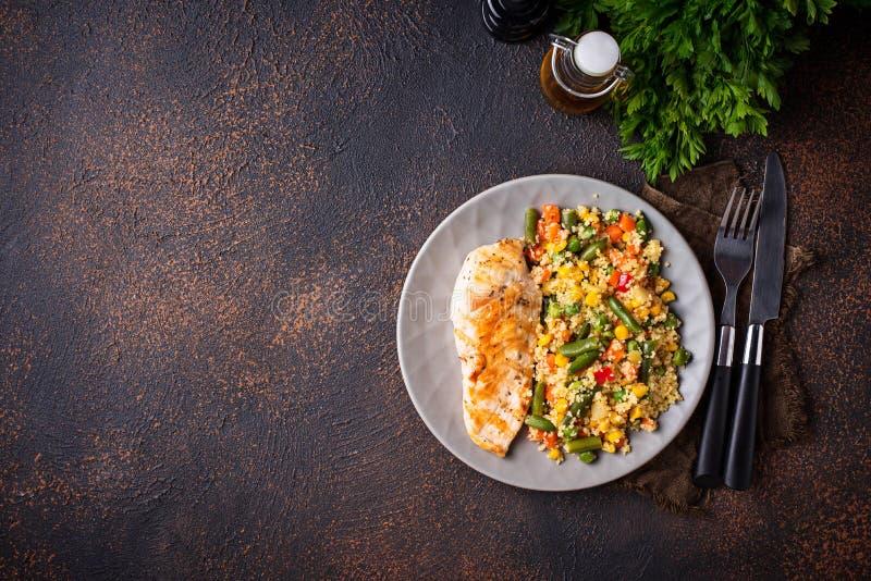 Geroosterde kippenfilet met groenten royalty-vrije stock foto