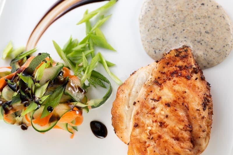 Geroosterde kippenfilet met plantaardige salade stock fotografie