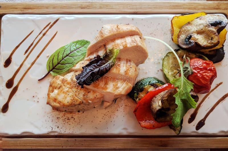 Geroosterde kippenlapjes vlees met groenten royalty-vrije stock afbeelding