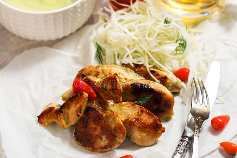 Geroosterde kippenlapjes vlees met plantaardige salade royalty-vrije stock fotografie