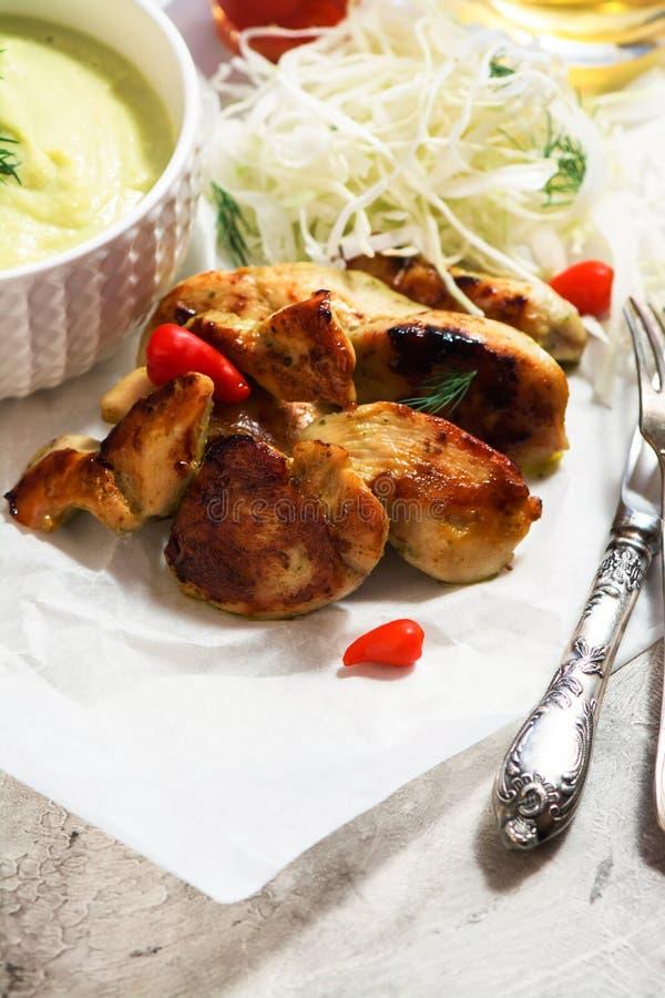 Geroosterde kippenlapjes vlees met plantaardige salade stock afbeeldingen