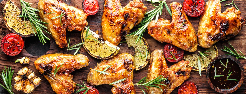 Geroosterde kippenvleugels met groenten, barbecuevoorgerecht stock afbeelding