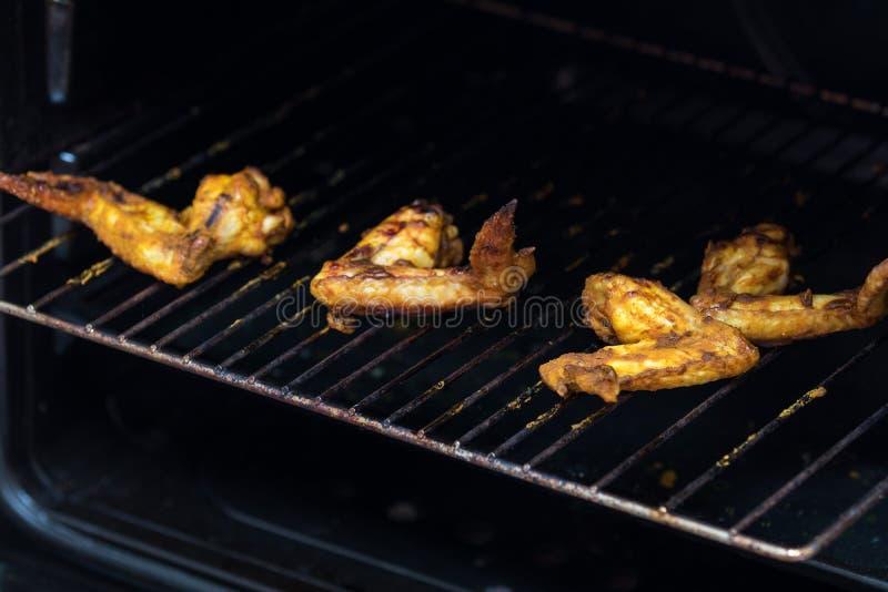 Geroosterde kippenvleugels op een metaalgrill royalty-vrije stock afbeelding