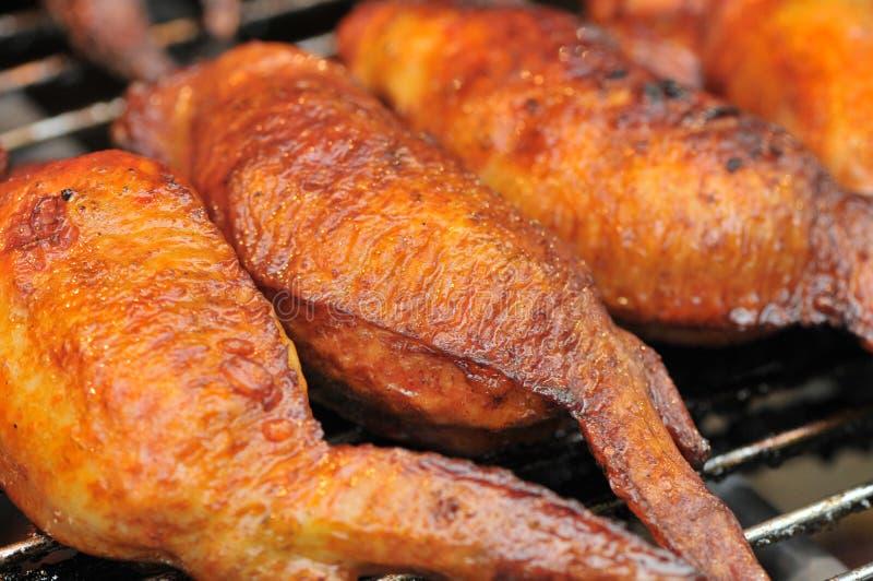 Geroosterde kippenvleugels op festival gastronomisch festival stock fotografie