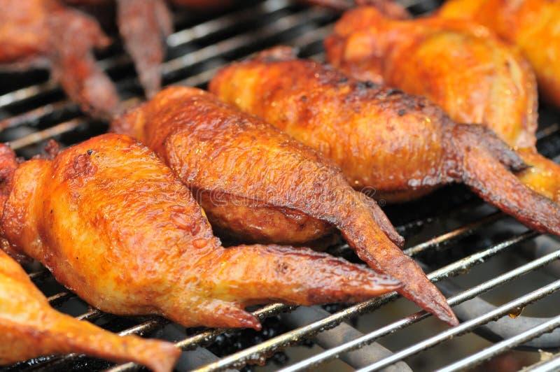 Geroosterde kippenvleugels op festival gastronomisch festival stock afbeelding