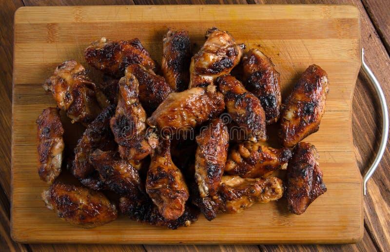 Geroosterde kippenvleugels op het hout stock foto's