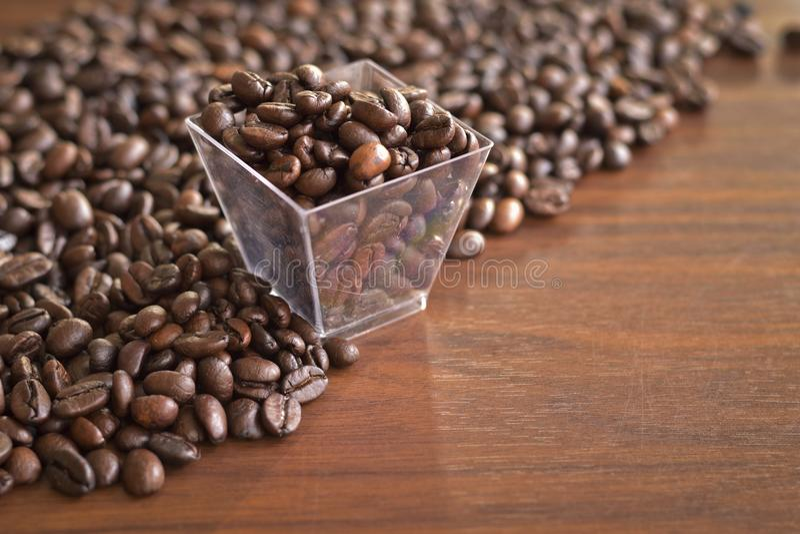 Geroosterde koffiebonen in een oude plastic doos en een hoop van koffiepu stock fotografie