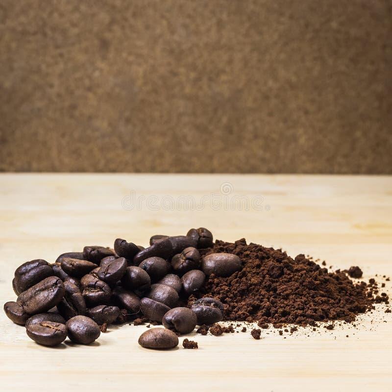 geroosterde koffiebonen en grondkoffie royalty-vrije stock foto's