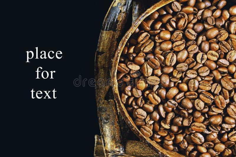 Geroosterde koffiebonen in houten kom Mening van hierboven stock afbeelding