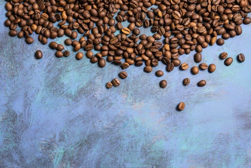 Geroosterde koffiebonen in massa op een blauwe achtergrond donkere cofee roosterde het aromakoffie van het korrelaroma, de natuur royalty-vrije stock foto