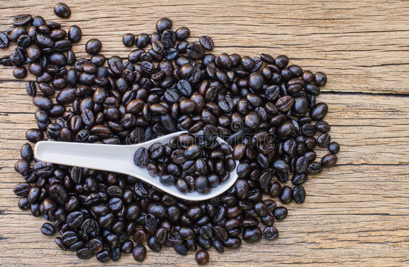 Geroosterde Koffiebonen in witte lepel stock afbeelding