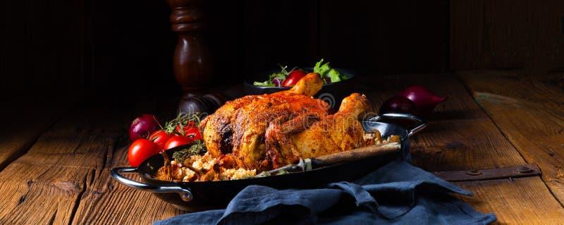 Geroosterde kruidige kip met gort en paddestoelen stock fotografie