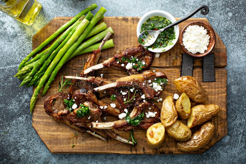 Geroosterde lamskoteletten met asperge en aardappels stock foto's
