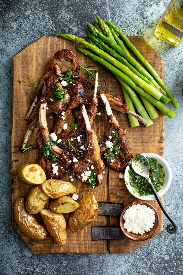 Geroosterde lamskoteletten met asperge en aardappels royalty-vrije stock foto