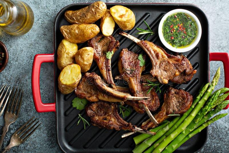 Geroosterde lamskoteletten met asperge en aardappels stock fotografie