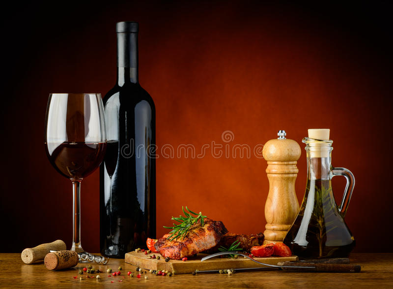 Geroosterde lapje vlees en rode wijn royalty-vrije stock afbeeldingen