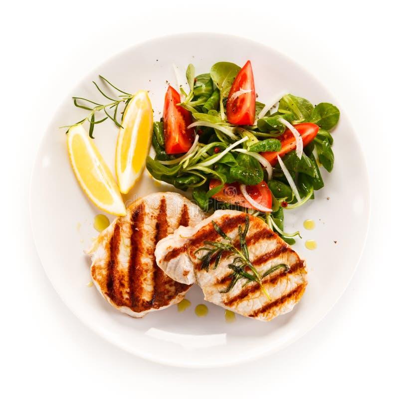 Geroosterde lapjes vlees met groenten stock foto's