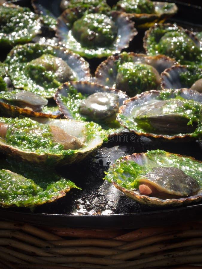 Geroosterde limpets met groene mojo, typische avocado in Lanzarote stock foto's