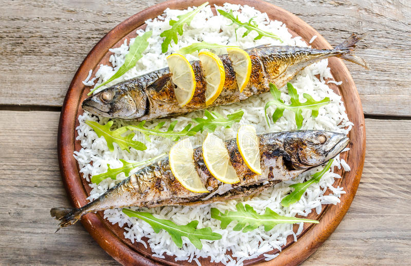 Geroosterde makreel met basmati rijst en verse arugula stock afbeeldingen